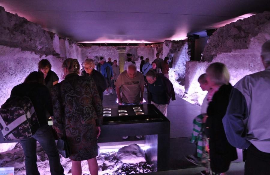 Der Besucherandrang ist seit der Eröffnung sehr groß. Viele kommen mehrmals, um alle Details auch im Vitrinentisch genau zu betrachten.