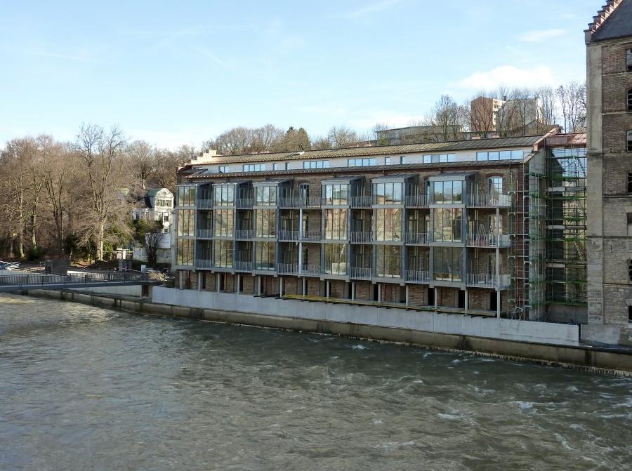 Wird nach der Eröffnungsfeier im Oktober derzeit bezogen: Das denkmalgeschützte Haus B der ehemaligen Spinnerei und Weberei. Der Ausbau des Haus C rechts soll im Frühjahr forciert werden.