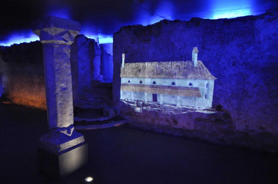 Im Schauraum Erasmuskapelle werden die Mauern mit Licht und Projektionen in besonderer Weise zum Sprechen gebracht.
