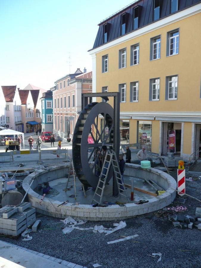 Blickfang: Das Mühlrad am Anfang der Gerberstraße erinnert einerseits an die Geschichte, andererseits lädt es zum Flanieren im neuen Mühlbachquartier ein.